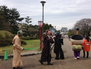 名古屋城の入り口を歩くスターウォーズのキャラたち